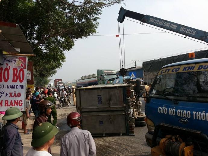 Lực lượng CSGT và cứu hộ giao thông đã có mặt tại hiện trường để xử lý vụ tai nạn.
