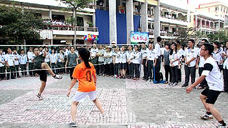 Thi đấu đá cầu trong Hội khoẻ Phù Đổng Trường THPT chuyên Lê Hồng Phong lần thứ IX năm 2016.