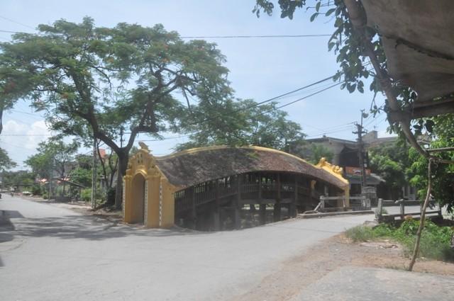 Đến Cầu Ngói Chợ Lương ( mới được tu sửa năm 2010) thuộc xã Hải Anh, huyện Hải Hậu, tỉnh Nam Định là Quý vị đã đến điểm đầu của làng nghề Hải Minh ( xã Hải Minh, huyện Hải Hậu).
