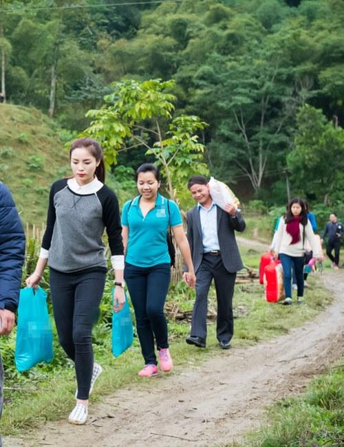 Kỳ Duyên cùng đoàn từ thiện dừng chân tại một tỉnh miền Trung