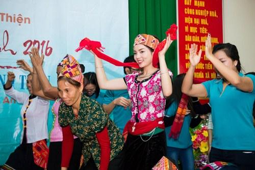 Tham gia buổi giao lưu và trao quà ở huyện Lục Dạ vào buổi sáng, nơi có đông đảo đồng bào dân tộc Thái sinh sống, Kỳ Duyên gây bất ngờ khi mặc bộ trang phục dân tộc Thái.