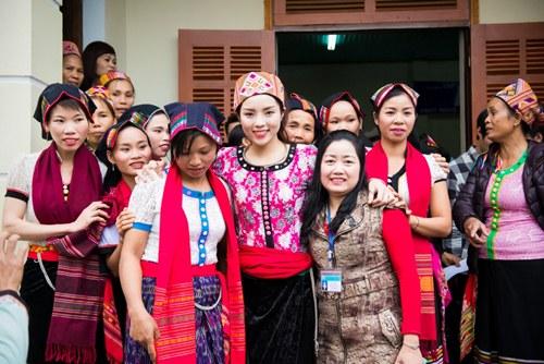 Nữ hoa hậu nổi bật với trang phục dân tộc Thái