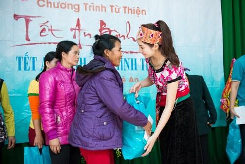 Cô thân thiện hỏi thăm từng người và tận tay tặng quà với lời chúc, họ sẽ có cái Tết ấm no, hạnh phúc.