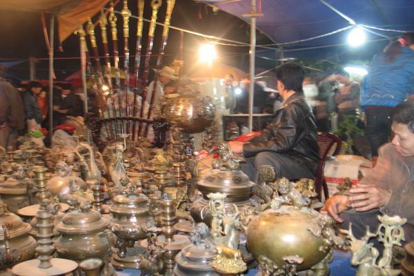 Đồ cổ, giả cổ từ khắp nơi được bày bán với hàng trăm quầy tại chợ Viềng Chùa. Ảnh Lan Hương