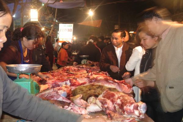 Thịt bò là thực phẩm không thể thiếu tại mỗi phiên chợ Viềng. Ảnh Lan Hương