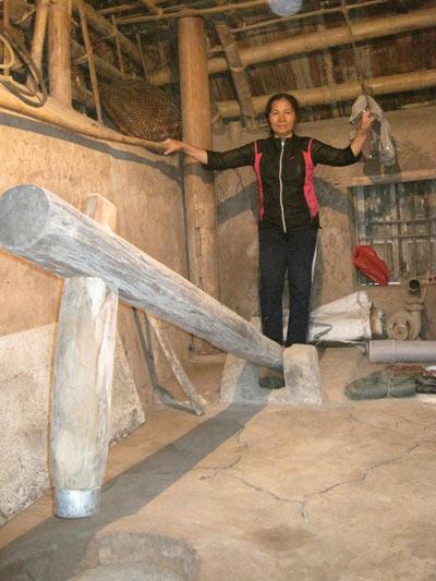 Cô Khiếu tái hiện hoạt động của người Việt xưa.