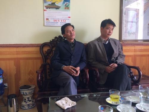 Phó Chủ tịch UBND thị trấn Thịnh Long, ông Trần Quang Tuấn cùng cán bộ hộ tịch anh Phạm Xuân Phương.