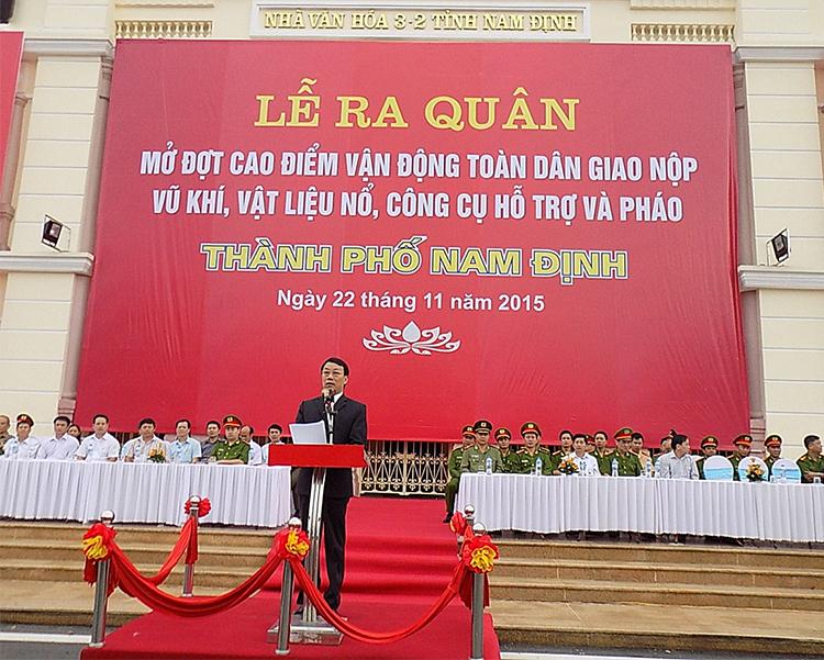 Đồng chí Nguyễn Văn va - ủy viên BTV Tỉnh ủy, Phó Bí thư Thành ủy – Chủ tịch UBND thành phố phát động ra quân