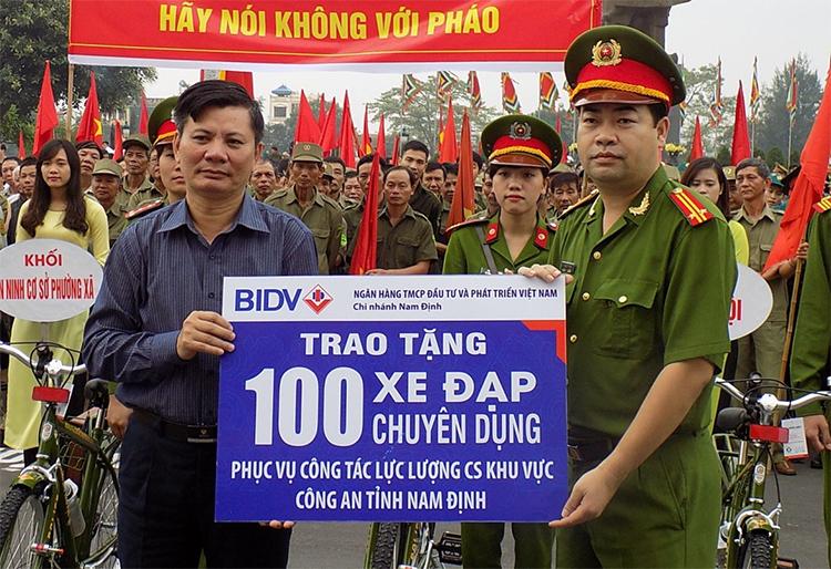 Đại diện Ngân hàng BIDV chi nhánh Nam Định trao tặng xe đạp chuyên dụng cho lực lượng cảnh sát khu vực Nam Định