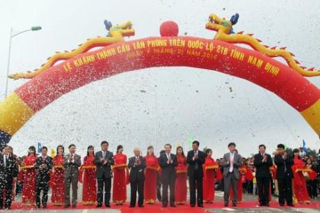 Lễ khánh thành cầu Tân Phong trên QL21B tỉnh Nam Định sau hơn 6 tháng thi công. Ảnh: Quang Toàn/BNEWS/TTXVN