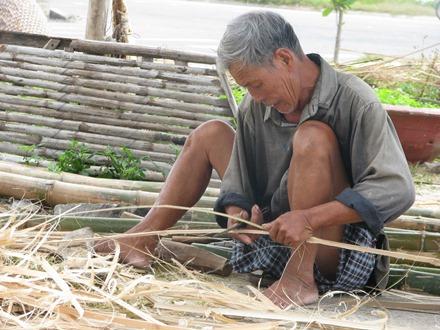 Người dân thôn Thạch Cầu, xã Nam Tiến (Nam Trực) đan các vật dụng phục vụ sinh hoạt và sản xuất nông nghiệp từ tre, mây.