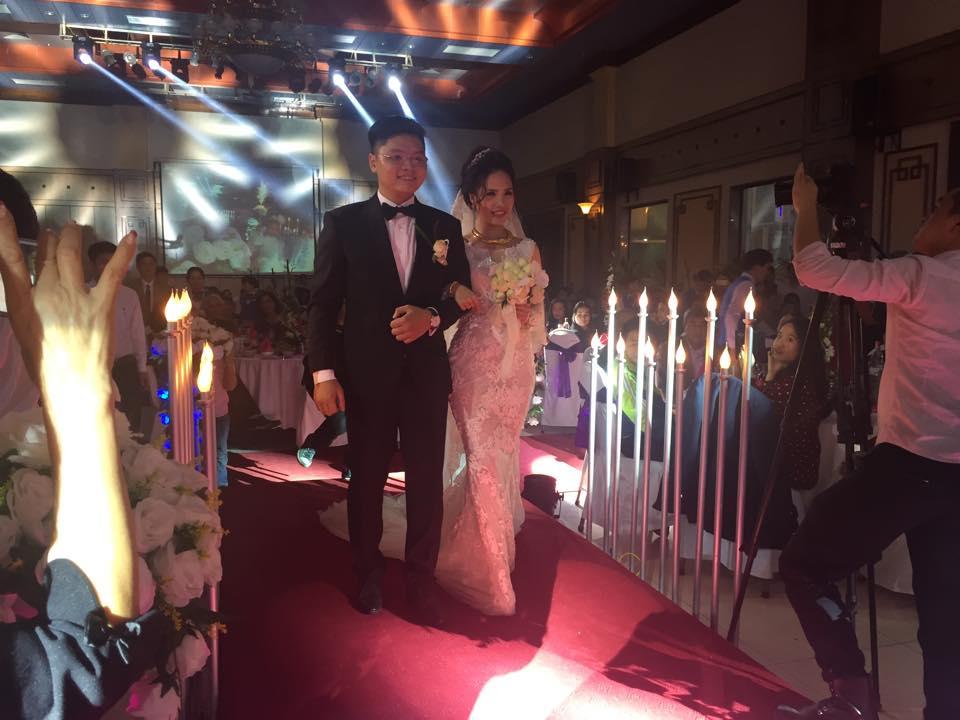 Cô dâu chú rể hạnh phúc tiến vào hôn trường tiệc cưới