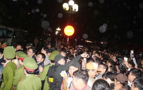 Cảnh chen lấn, xô đẩy trong đêm Khai ấn đền Trần năm 2015