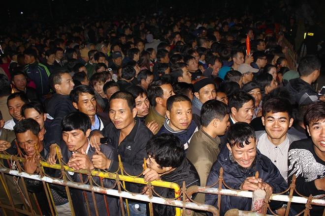 """22h ngày 21/2, lễ dâng hương, rước kiệu ngọc và khai ấn do UBND TP Nam Định chủ trì, diễn ra tại đền Thiên Trường bắt đầu. Bên ngoài cổng ngũ môn, hàng chục nghìn người dân đứng chật kín, được lực lượng chức năng ngăn ở phía ngoài barie. Nhiều người phàn nàn, Ban tổ chức nên đặt một màn hình ngoài cổng để người dân được xem đầy đủ nghi lễ khai ấn. """"Lễ khai ấn để giáo dục con cháu biết về truyền thống cha ông, hào khí nhà Trần mà người dân không được xem đầy đủ thì có ý nghĩa gì"""", ông Tài, người dân TP Nam Định nói."""