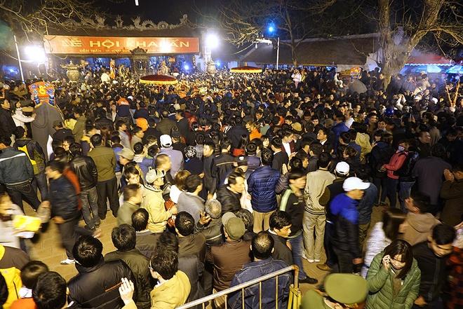 23h30, lễ khai ấn kết thúc, lực lượng an ninh mở cửa cho người dân vào đi lễ. Hàng nghìn người ùn ùn qua cổng ngũ môn, kéo vào các đền Thiên Trường, Cố Trạch, Trùng Hoa lễ bái.