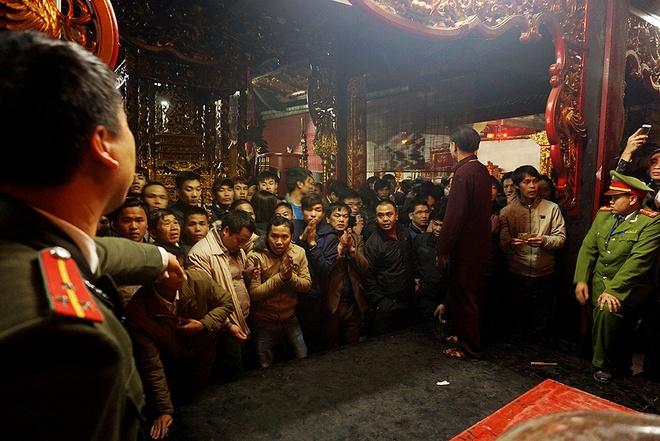 Để tránh hỗn loạn trong hậu cung khi ai cũng muốn tiến lên để chạm kiếm, đặt tiền, lực lượng chức năng phải dồn đám đông xuống phía dưới, không cho tiếp cận ban thờ.