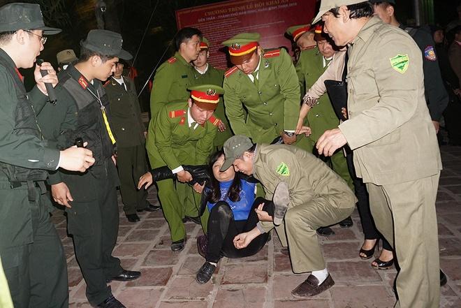 Chen lấn khiến người đi lễ bái bị ngất xỉu, lực lượng chức năng phải đưa ra ngoài.