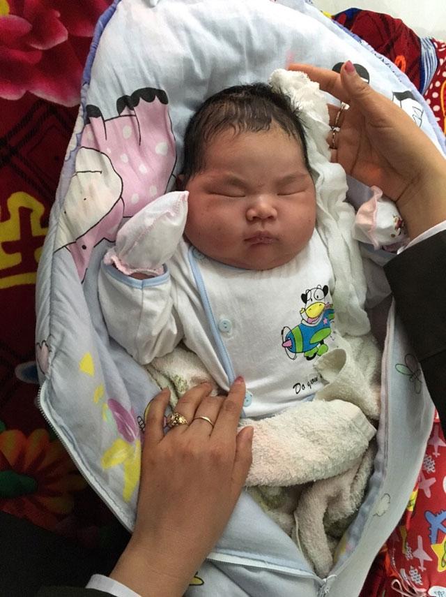 """""""Thiên thần"""" nặng 6,1kg chào đời lúc 9h30 sáng ngày 25.2 tại Nam Định."""