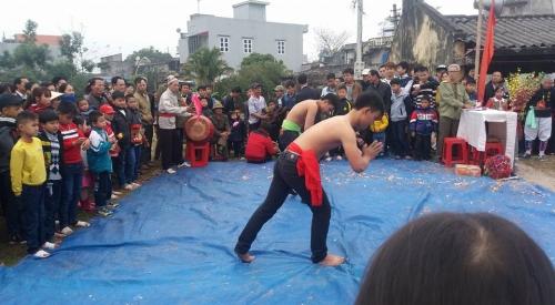 Trò chơi đấu vật, một trò chơi truyền thống bao đời không thể thiếu trong ngày hội Mở Xuân. Ảnh: C.H