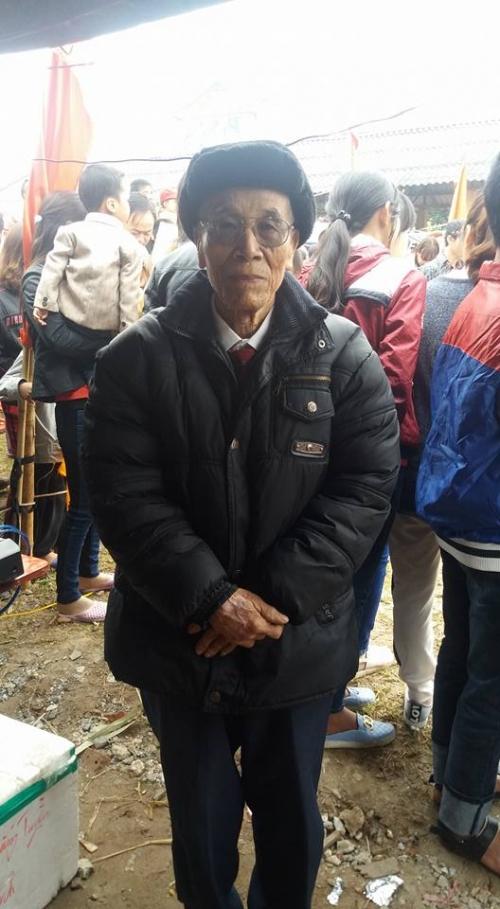 Cụ Nguyễn Xuân Đức, 90 tuổi, sống tại xóm Quang Trung, xã Mỹ Thuận, huyện Mỹ Lộc, tỉnh Nam Định vui vẻ chia sẻ về lễ hội làng. Ảnh: C. H