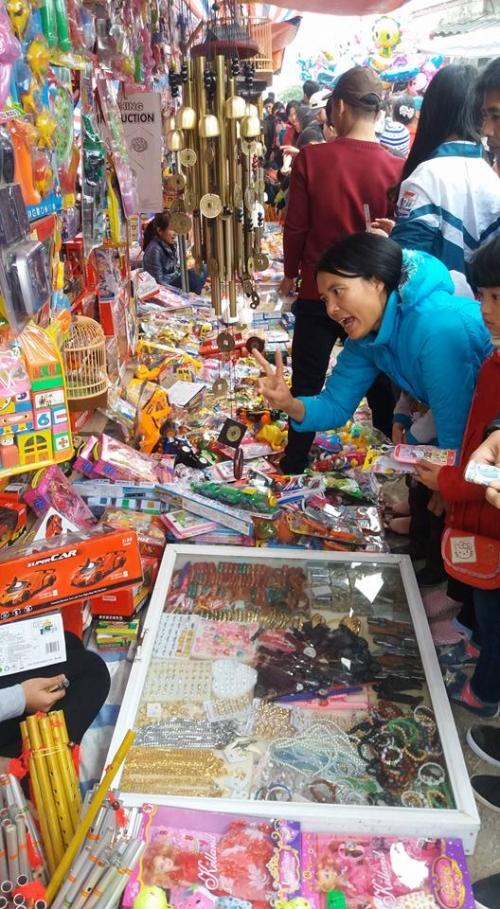 Những sạp hàng đồ chơi trẻ em bày biện giữa chợ khiến lũ trẻ thích thú. Ảnh: C. H