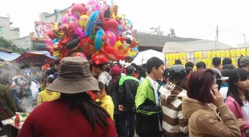 Người dân khắp nơi kéo về xem hội. Ảnh: C. H
