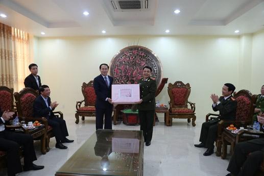 ... Và thăm hỏi, tặng quà, động viên cán bộ, chiến sỹ toàn lực lượng Công an Nam Định.