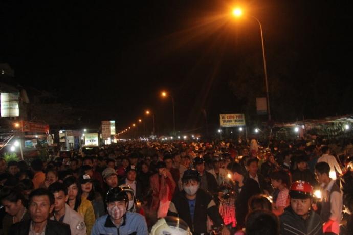 Do lượng người đổ về quá đông, lễ hội chợ Viềng (Nam Định) thường xảy ra ùn tắc kéo dài