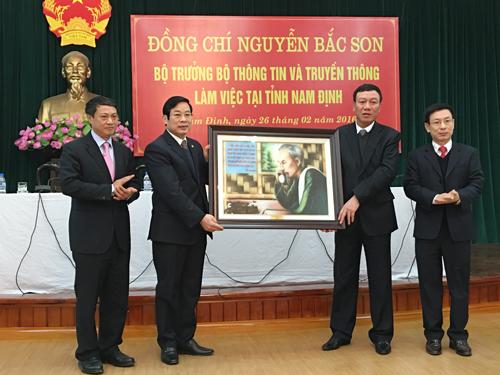 Bộ trưởng Nguyễn Bắc Son tặng tranh Bác Hồ với ngành Bưu điện cho lãnh đạo tỉnh Nam Định.