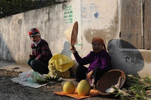 Đa phần hàng hoá trong chợ là do người dân mang từ vườn nhà đến. Có người tới chợ chỉ để bán 2 nải chuối xanh hoặc vài quả bòng bày mâm ngũ quả.
