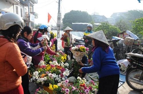 Nhộn nhịp nhất vẫn là khu bán hoa. Ai cũng muốn đến sớm để chọn những bông hoa đẹp nhất để trưng bày trên bàn thờ tổ tiên.