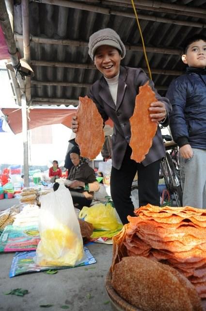 Chợ tết không thể vắng bóng những mặt hàng đặc sản từ gạo như bánh đa, bánh nhãn…