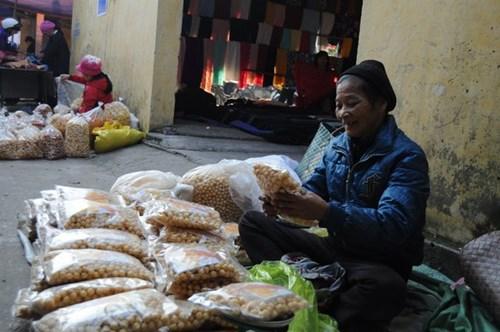 Bên cạnh hoa quả, bánh trái phục vụ Tết, những quầy hàng bán dụng cụ nông nghiệp vẫn nhộn nhịp. Sau những ngày nghỉ, người nông dân lại bước vào vụ lúa mới.