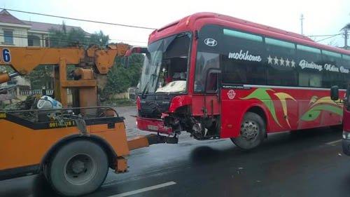 Một trong hai chiếc xe bị tai nạn tại cầu Tân Đệ vào lúc 4h sáng 5.3 được lực lượng chức năng kéo khỏi vị trí tai nạn