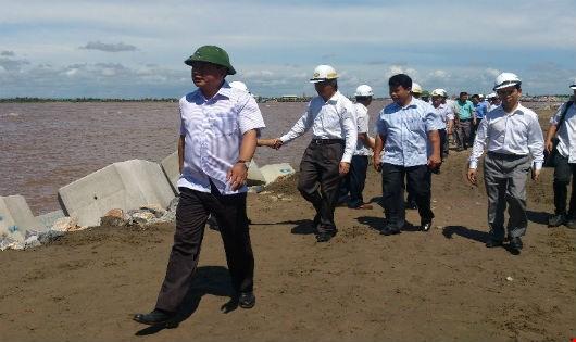 Bộ trưởng Đinh La Thăng trong một lần thị sát công trình