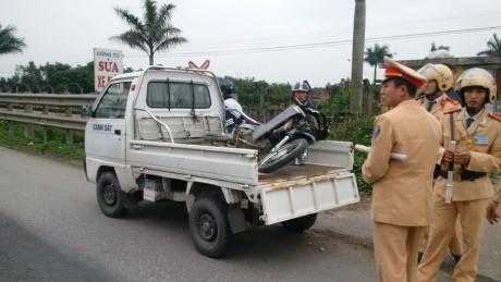 Cùng với nạn nhân tử vong, chiếc xe máy cũng bị tàu đâm biến dạng - Ảnh: Văn Đông