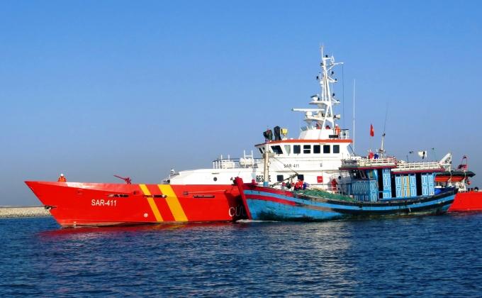 Tàu SAR411 lai dắt tàu NĐ 92666 TS gặp nạn vào bờ.