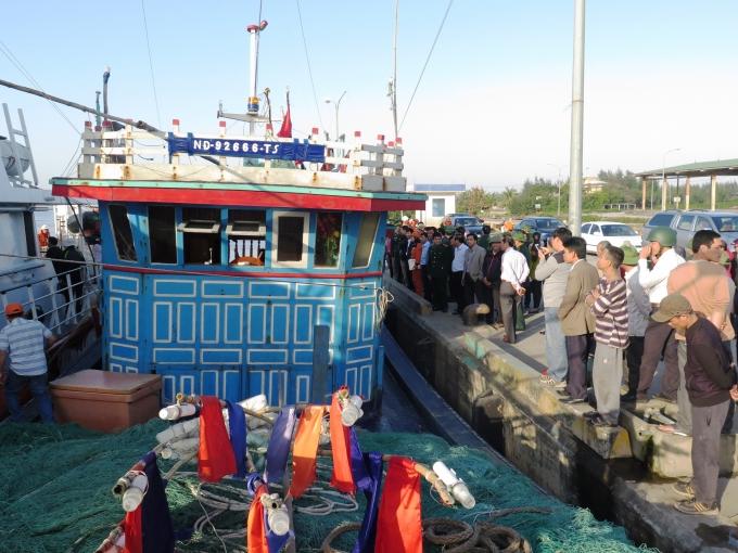 Tàu NĐ 92666 TS đã được lai dắt vào bờ an toàn.