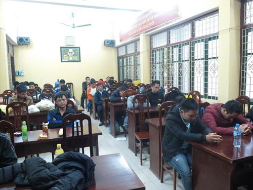 36 đối tượng tham gia đánh bạc tại thị trấn Lâm, huyện Ý Yên - Ảnh: Hoàng Long