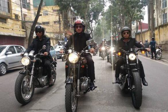 Trước đó, đoàn motor tiễn đưa lần cuối nhạc sĩ Trần Lập được MC Anh Tuấn và hai thành viên cựu ban nhạc Bức Tường - Trần Nhất Hoàng và Trần Tuấn Hùng - dẫn đầu. (Nguồn ảnh: otofun)
