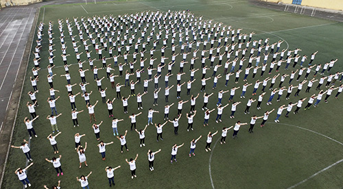 """Gần 1.000 bạn trẻ đã có mặt tại SVĐ Xuân Đỉnh (Từ Liêm, Hà Nội) để cùng nhau thể hiện ca khúc """"Đường tới ngày vinh quang"""" do ca sĩ Trần Lập sáng tác"""