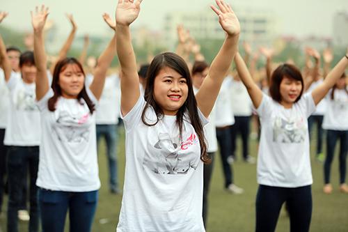 Các thành viên tham gia mặc áo có in hình ca sĩ Trần Lập.