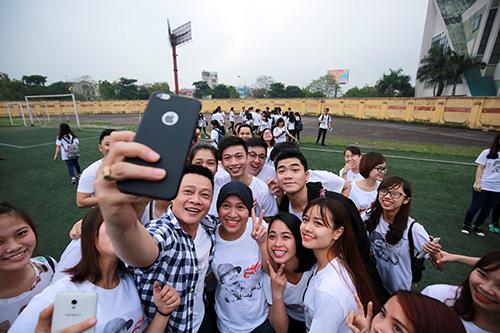 Biên tập viên Quang Minh cùng các bạn trẻ chụp ảnh lưu niệm sau khi sự kiện kết thúc.