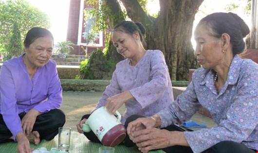 Ba người phụ nữ sống nương tựa vào nhau, họ coi nhau như chị em ruột thịt, cùng sẻ chia niềm vui, nỗi buồn.