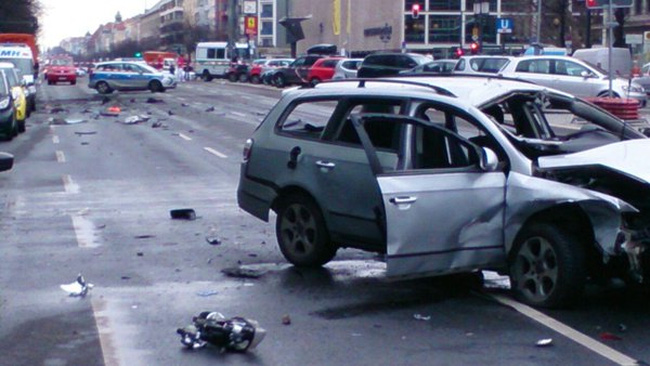 Chiếc Volkswagen Passat phát nổ khi đang di chuyển trên đường Bismarckstrasse, RT dẫn lời cảnh sát Berlin cho biết