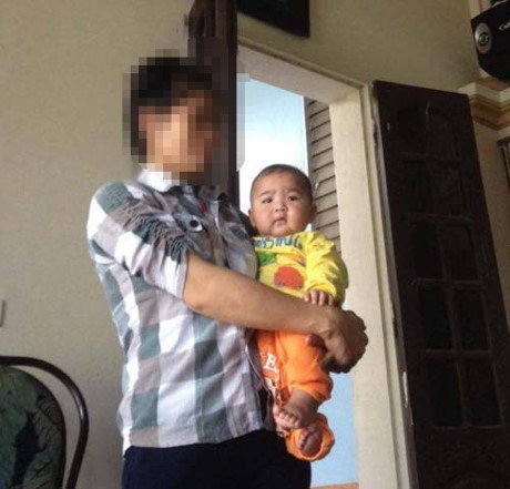 Bé trai đặt trong thùng giấy được vợ chồng ông S. mang về nhà và quyết định nhận nuôi.