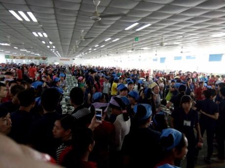 Hàng nghìn công nhân đã đình công bỏ bữa cơm trưa (ảnh do công nhân cung cấp)