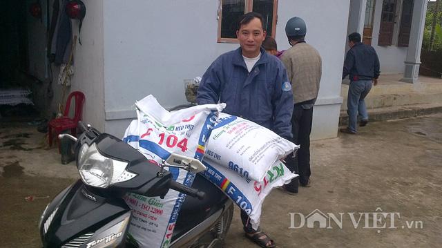 Anh Trần Đắc Đằng mua giúp bà con thức ăn chăn nuôi.
