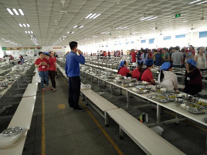 Công nhân bỏ ăn bữa trưa ngày 19.4 để yêu cầu làm rõ sự vụ - Ảnh: Văn Đông