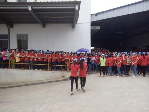 Lãnh đạo công ty Youngor Smart Shirt Việt Nam mời công nhân đến làm việc với các cơ quan chức năng - Ảnh: Văn Đông